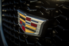 Cadillac-Logo-on-2019-Cadillac-XT4-Sport-011-front-grille-CS-Garage