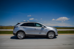 2020-Cadillac-XT5-Sport-Media-Drive-Mexico-Exterior-009-side-profile-on-highway