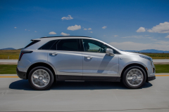 2020-Cadillac-XT5-Sport-Media-Drive-Mexico-Exterior-010-side-profile-on-highway